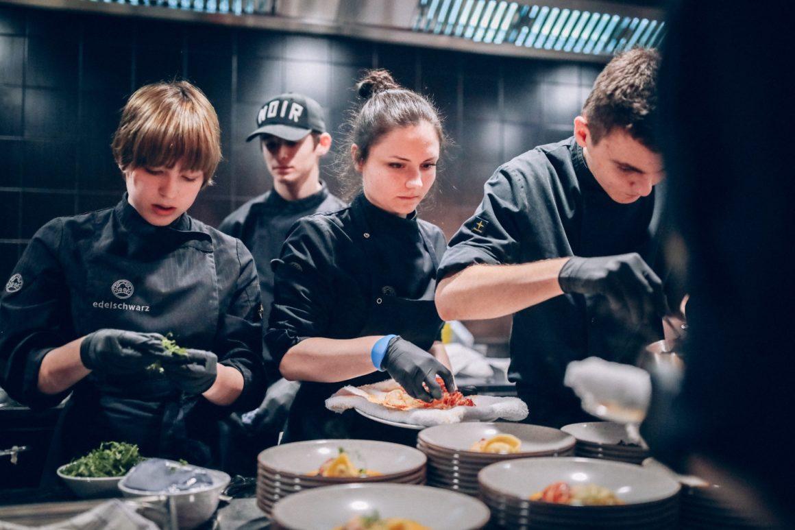 Die Küchenlehrlinge in ihrem Element