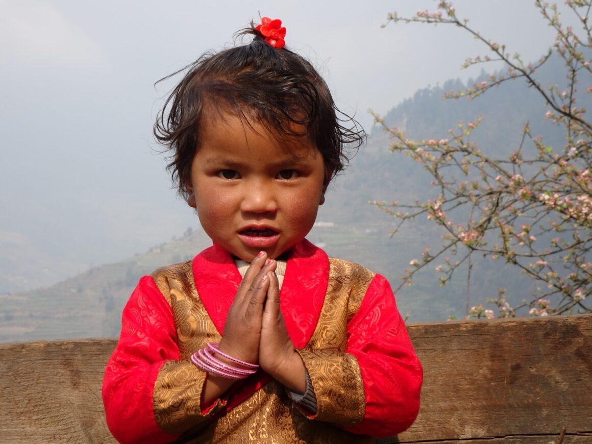 Eine kleine Bewohnerin des Dorfes