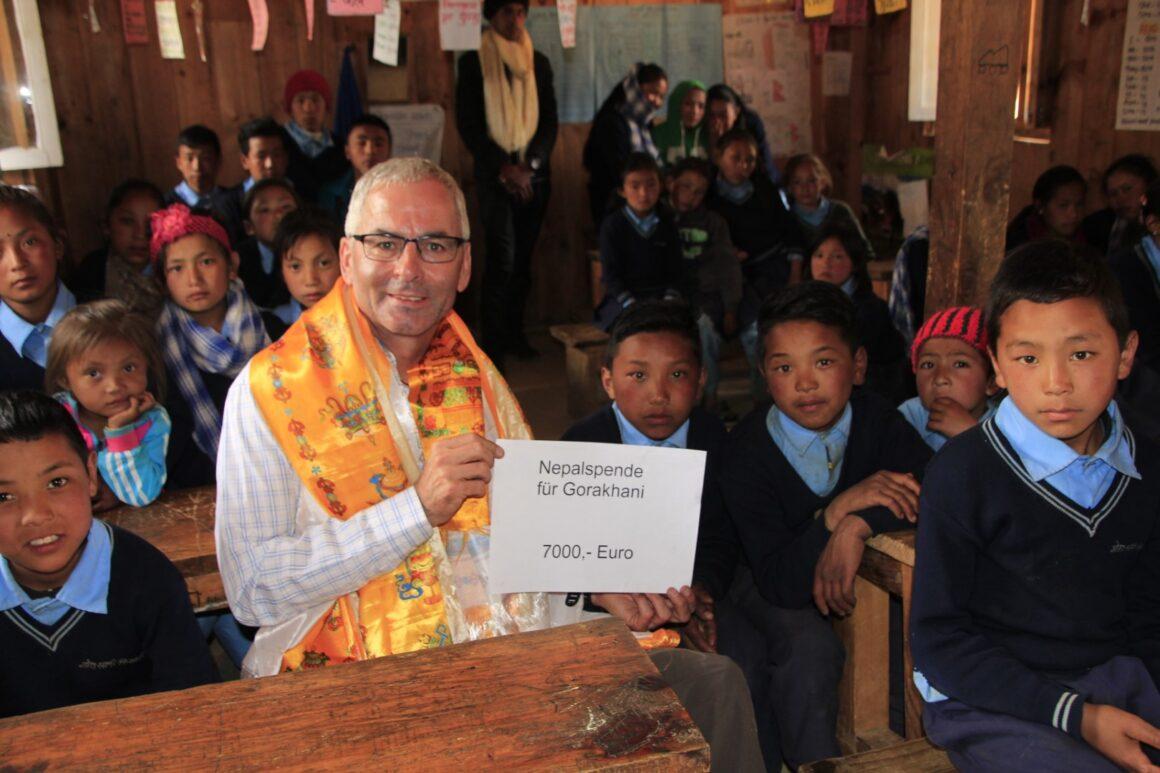 Spendenübergabe in der Schule. Helfen - hinweg aller Grenzen