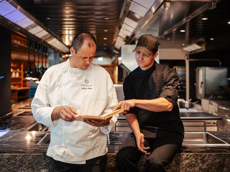 Küchenchef Mario Walch und Nathanael Mangold